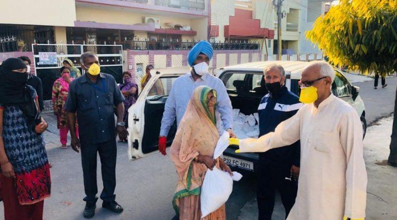 समर विहार कॉलोनी में 50 गरीब परिवारों को राशन बांटा